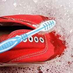 Limpieza de zapatillas con cepillo