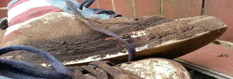 Manchas de barro en zapatillas