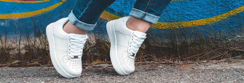 Limpiar sneakers en blanco