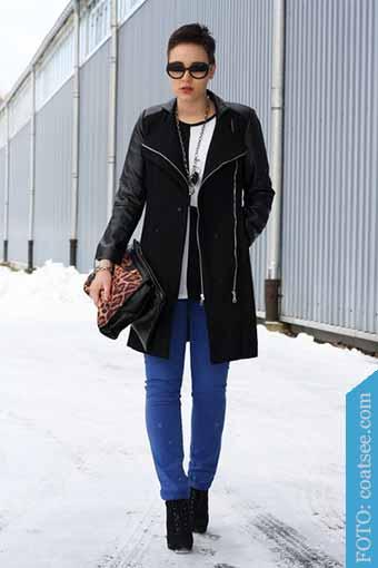 pantalones azules y botines negros