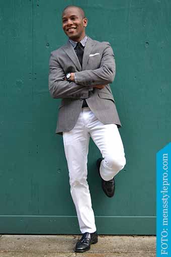 calzado negro y pantalon blanco