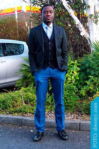 pantalones azul y zapatos negros