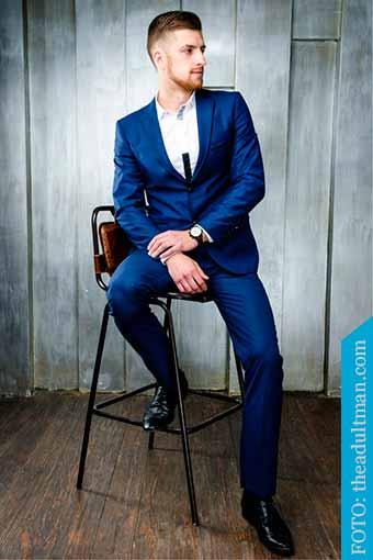 calzado negro con traje azul