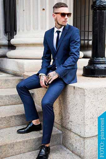 traje azul con zapatos negros