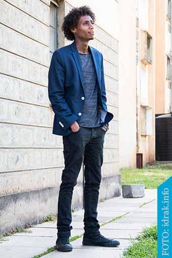 pantalon negro y zapatillas negras