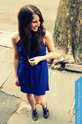 vestido azul y calzado negro