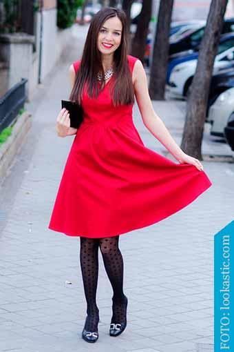 zapatos negros con vestido rojo