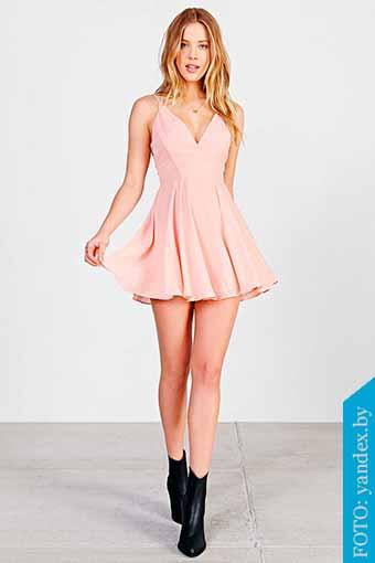 vestido rosa y botines negros