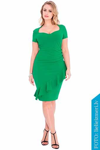 vestido verde con tacones abiertos negros
