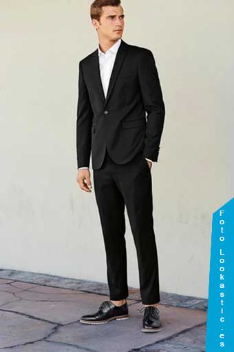traje negro zapatos negros