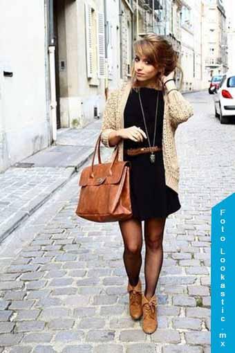 vestido negro botas marrones