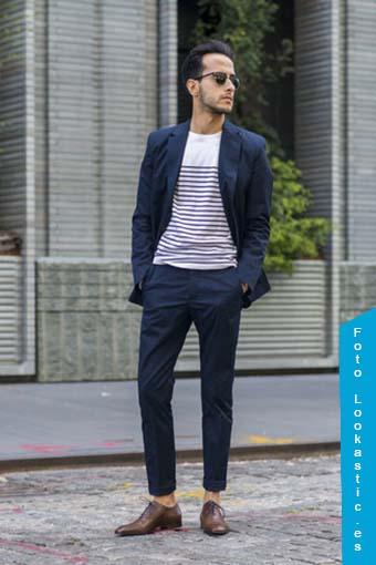 traje azul zapatos marrones