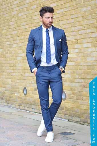 traje azul zapatillas blancas